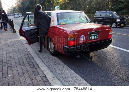 Passager Get In A Taxi In Kyot