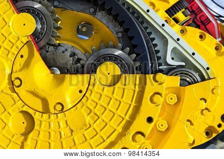 Bulldozed drive gear mechanism