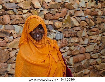 Portrait of mauritanian woman in national dress Melhfa - 10.11.2012 Chinguetti, Mauritania