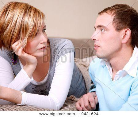 Landschaftlich sprechen paar Paar zu Hause im Wohnraum auf Couch diskutieren einige Pläne für Familie