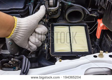 Technician worker guarantee for changing new air filter of new car