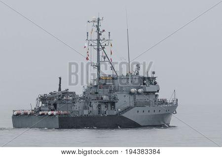 MINEHUNTER - German warship sails into the sea