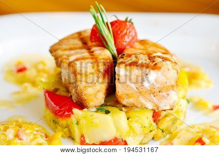 Grilled salmon closeup with potetos and green onions