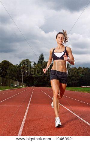 sportlich Frau läuft planmäßig