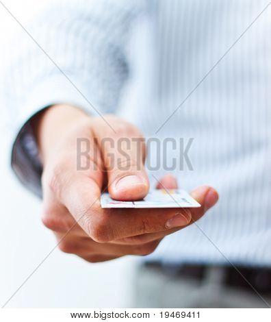 Hombre mano mostrando tarjetas de crédito