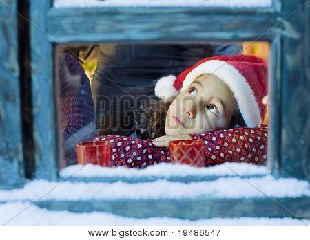 Meisje met een kerstmuts op zoek buiten