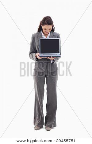 geschäftsfrau suchen und anzeigen einen Laptop-Bildschirm against white background