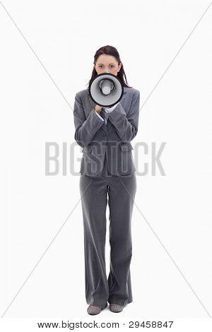 geschäftsfrau sprechen in einem Megaphon against white background