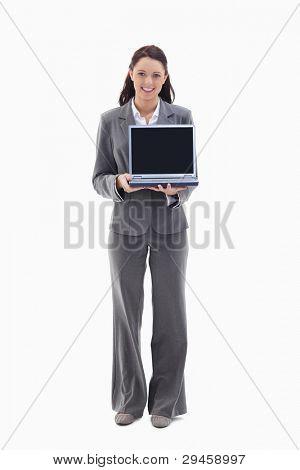 geschäftsfrau lächelnd beim zeigen eines Laptop-Bildschirms against white background