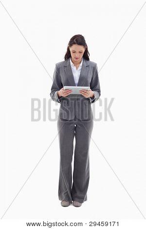 geschäftsfrau beobachten einen Touch pad against white background