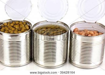 Abrir latas de feijão, feijão e ervilhas isoladas no branco