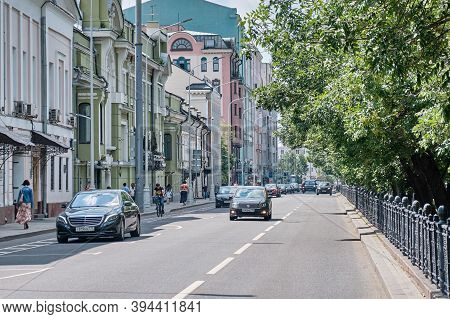 Moscow \ Russia 06 10 2019: The Roadway Of Tverskoy Boulevard. The Road With Cars On The Boulevard R