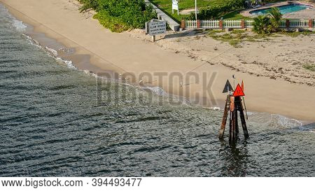 Ft. Lauderdale, Fl Usa - October 31, 2019: A Channel Marker Showing Boats How To Get Out And Into A