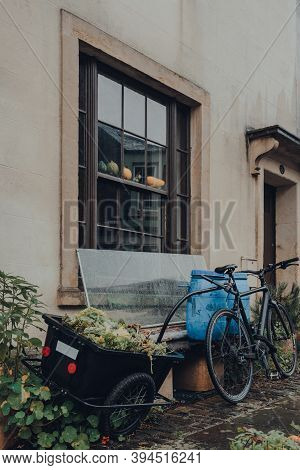 Frome, Uk - October 07, 2020: Bike With A Tow Basket Parked Outside A Traditional Stone House In Fro