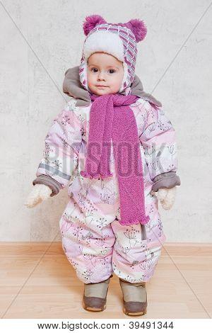 Baby auf Winterkleidung
