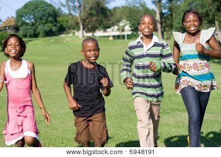 Americanas Africano crianças correndo