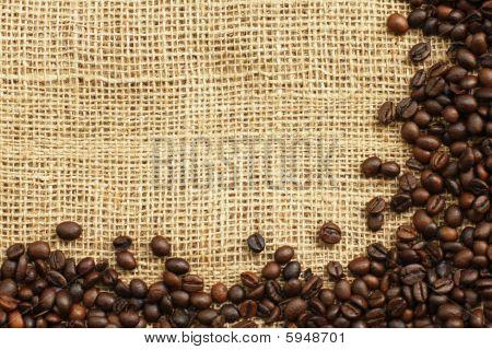 Granos de café en el fondo de la Juta