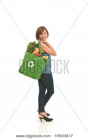 Jeune femme avec des produits d'épicerie