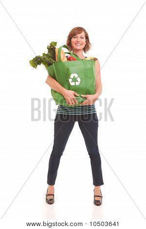 Mujer joven con comestibles