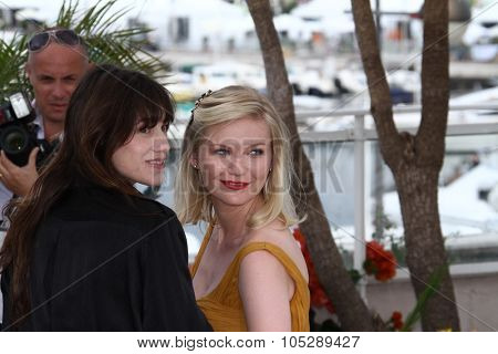 CANNES, FRANCE - MAY 18: Charlotte Gainsbourg and Kirsten Dunst attends the 'Melancholia' photocall at the Palais des Festivals during the 64th Cannes Film Festival on May 18, 2011 in Cannes, France