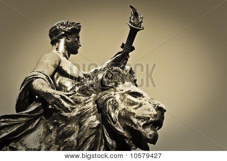 Portador de la antorcha y la estatua del León