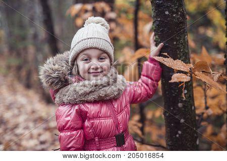 A kid girl in autumne season wearing a hat