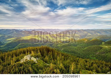Summer landscape. Forest and mountains under the blue sky with clouds. HDR foto