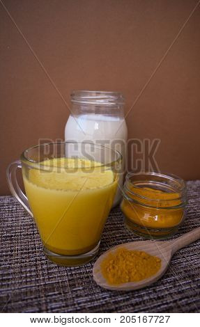 Milk with turmeric powder, home remedy from winter colds.