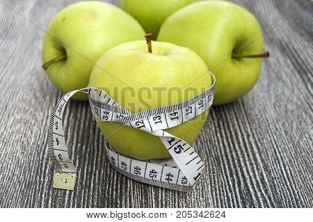 To lose weight and eat a low calorie apple to lose weight