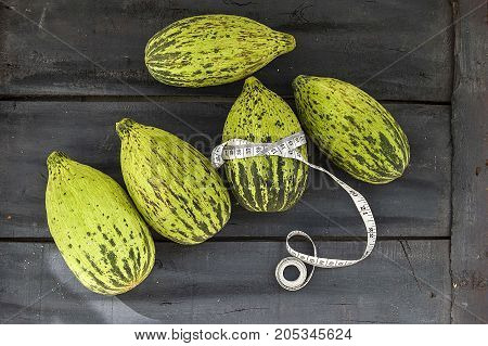 raw and unripe tiny melon food to lose weight, run melon intestines, low calorie calves,
