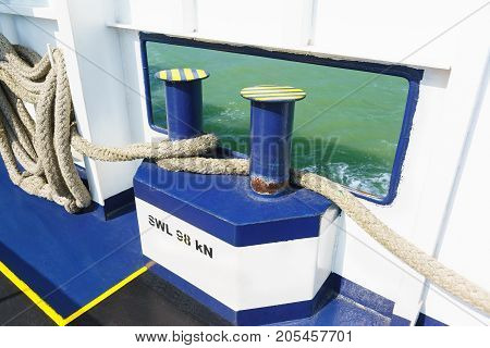 Mooring ropes for attaching the ship to the berth mooring barrels and bollards or to Board another ship and cleats with the words