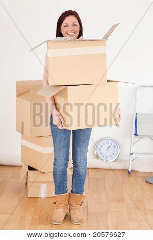 Gut aussehende Rothaarige Frau halten einige Karton-Boxen