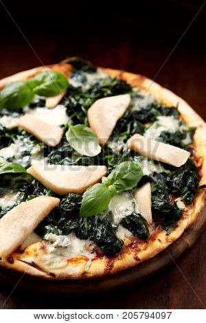 Spinach pizza with gorgonzola and pears