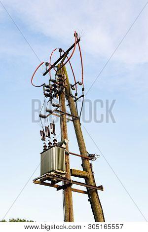 Stromleitung Mit Trafo Auf Holzständer In Der Landschaft Vor Blauem Himmel Mit Wolk