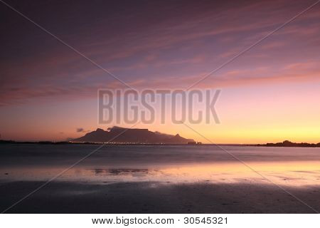 Atardecer en Playa vista de mesa de Sudáfrica