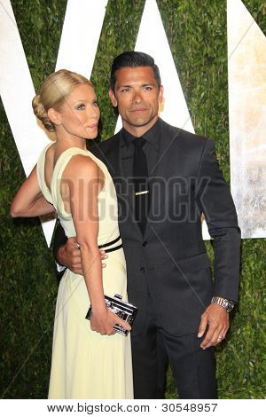 LOS ANGELES - FEB 26:  Kelly Ripa; Mark Consuelos arrive at the 2012 Vanity Fair Oscar Party  at the Sunset Tower on February 26, 2012 in West Hollywood, CA