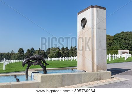 Hamm Near Luxembourg City, Luxembourg - August 22, 2018: American Ww2 Cemetery With Fountain And Hea