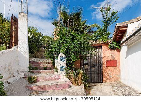 Eingang zu einem kleinen Haus im Stadtteil Sacromonte in Granada, Spanien