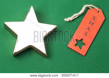 Das Foto Zeigt Einen Goldenen Stern Mit Rotem Weihnachtsetikett Isoliert Auf Grünen Hintergrund