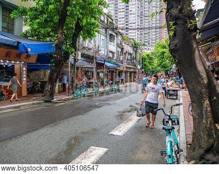Guangzhou/china-26 Aug 2019:unacquainted People Walking On Yide Road Wholesale Marke At Guangzhou Ch