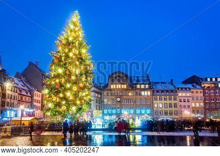 Strasbourg, France - December 2019. Place Kebler And Christmas Tree, Capitale De Noel In Alsace.