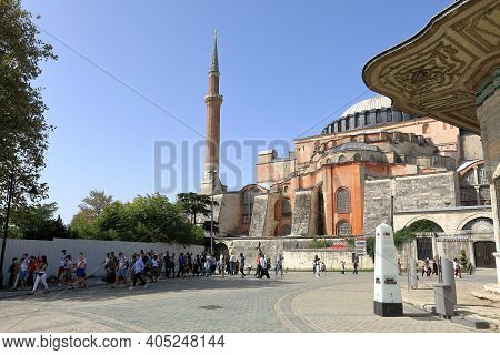 Istanbul, Turkey - October 05, 2020. Big Group Of Tourists In Front Of Hagia Sophia And Fountain Of