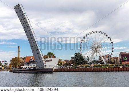 Gdansk, Poland - Sept 9, 2020: The Draw Footbridge Over The Motława River And Ferris Wheel On The Ol