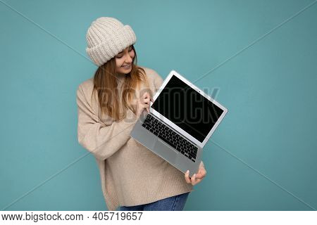 Photo Shot Of Beautiful Charming Fascinating Pretty Smiling Happy Young Dark Blond Woman In Winter W