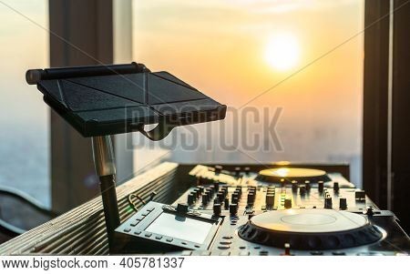 Dj Disc Jockey Controller For Rooftop Party, Luxury Restaurant Dinner And Night Club House Audio Ent