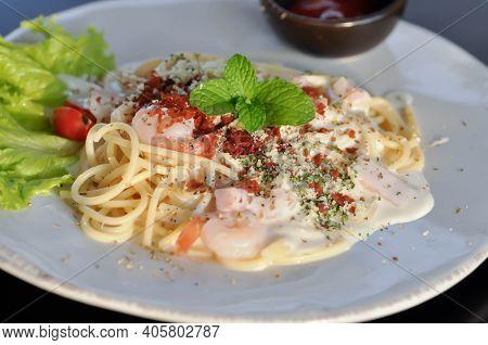 Spaghetti , Pasta Or Spaghetti Carbonara For Serve