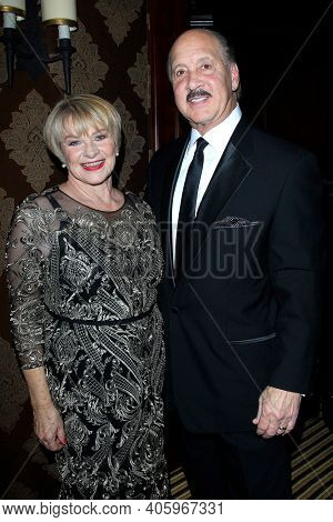 BEVERLY HILLS - NOV 11: Joanne Lara, Ken Meares at AMT's 2017 D.R.E.A.M. Gala benefiting Autism Works Now at Montage Beverly Hills on November 11, 2017 in Beverly Hills, California