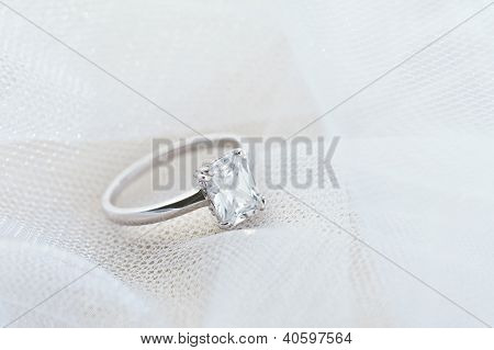 Verlobungsring auf weißen Schleier