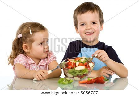 Kinderen eten fruitsalade