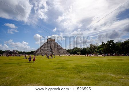 Chichen Itza, Mexico - 31 December 2015: Crowds Of People Visit Chichen Itza, New Seven Wonde